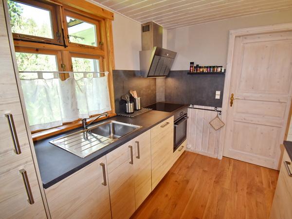 Küche mit Kühl-Gefrierschrank, E-Herd/Backofen und Geschirrspüler