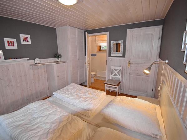 Schlafzimmer 1 mit Doppelbett und eigenem WC