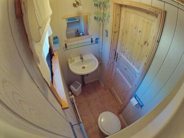 zweites, separates WC (Zugang vom Schlafzimmer mit Doppelbett)