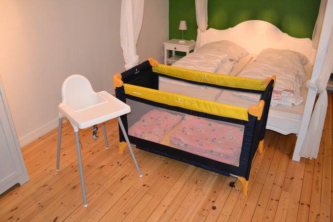 Kinderbett und Hochstuhl sind im Haus vorhanden
