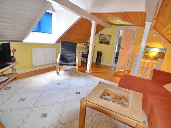 Wohnzimmer im Obergeschoss mit deutschem Sat-TV