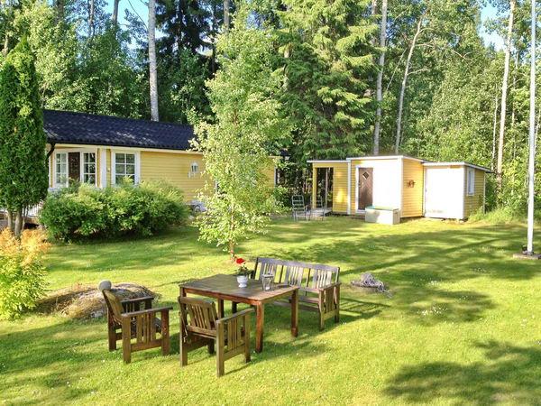 Blick in den Garten (links: Gästehaus, rechts: Abstellschuppen)