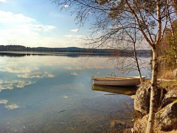 Blick über den See mit hauseigenem Ruderboot