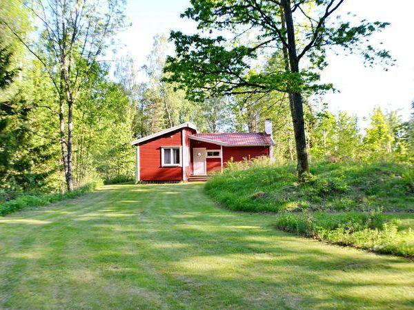 Blick über das Wiesengrundstück zum Haus
