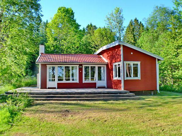 Hausrückseite mit großer Holzveranda und schönem Seeblick!