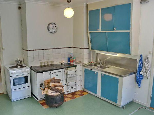 Küche mit E-Herd, altem Holzherd und Heizofen