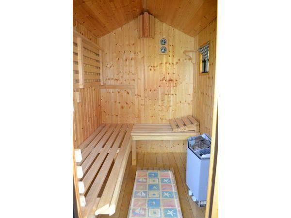 Sauna im separaten, eigenen Saunahäuschen hinter dem Haupthaus