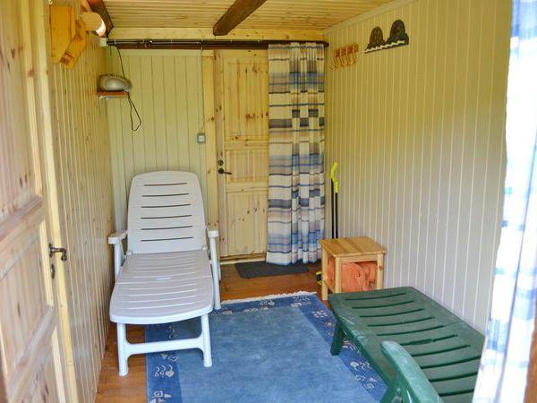 Sauna-Ruheraum mit Tür zur Außendusche