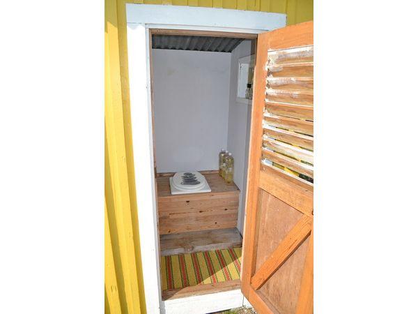 Außentoilette im Nebengebäude