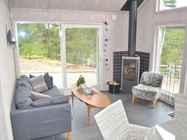 Wohnbereich mit Kaminofen und deutschem Sat-TV