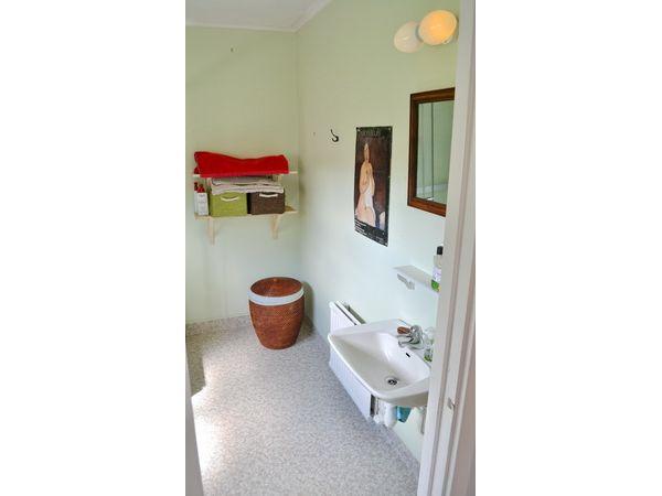 Badezimmer mit WC und Dusche + Waschmaschine (fehlt auf dem Bild noch)