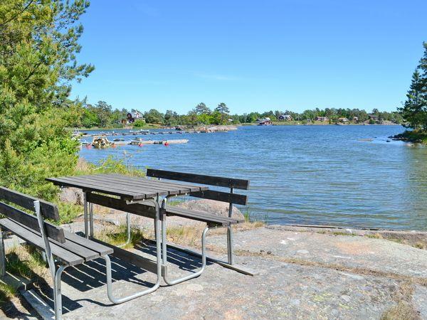 Picknicktisch am Wasser
