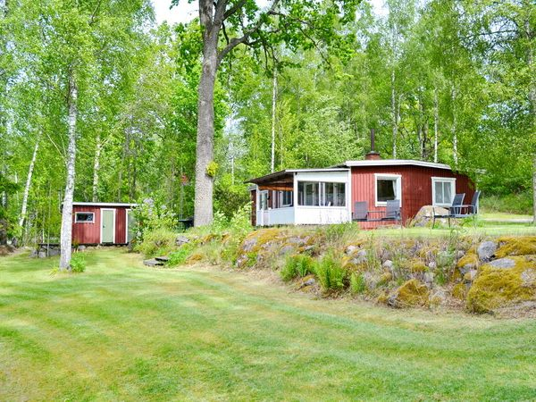Blick aus dem Garten auf das Haus mit Sauna im Nebengebäude
