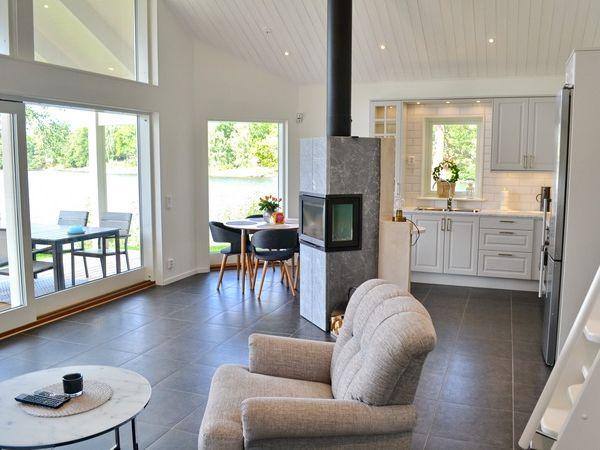 Wohnzimmer mit Panorama-Seeblick