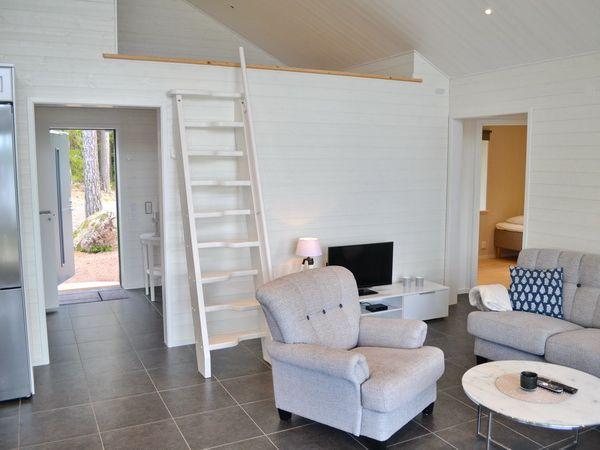 Wohnzimmer mit Treppe zum Schlafboden (Geländer wird in Kürze noch montiert)