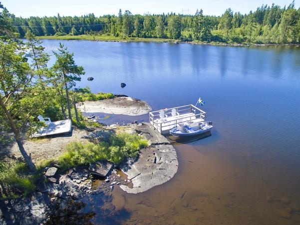 Schwimmsteg und Boot am See