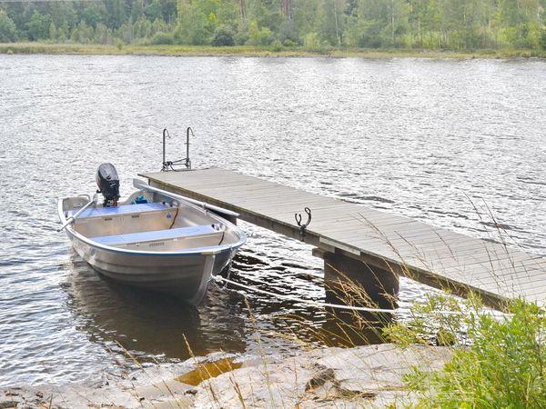 hauseigenes Boot mit Außenbordmotor