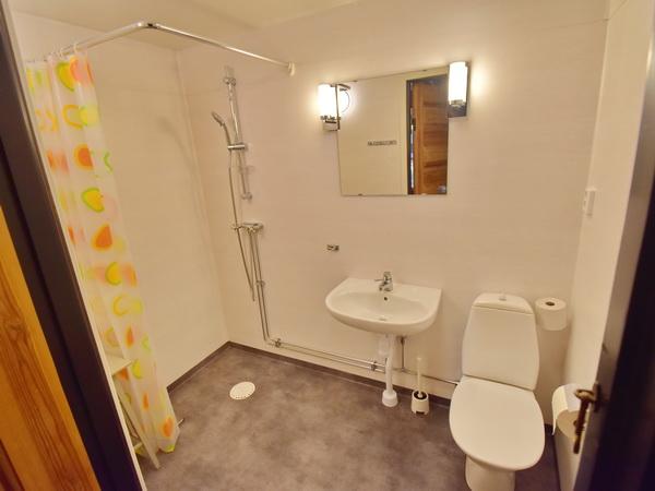 Bad mit WC und Dusche im Erdgeschoss