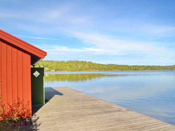 Bootshaus und Blick über den See