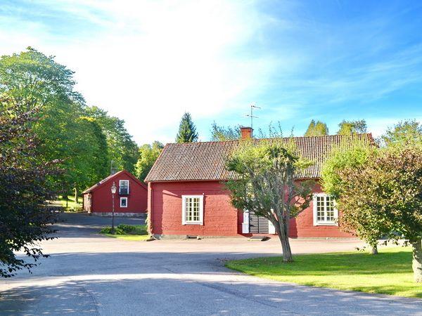 """Blick auf das Haus """"Flygeln"""" (im Hintergrund das Nachbarhaus """"Vagnslidret"""")"""
