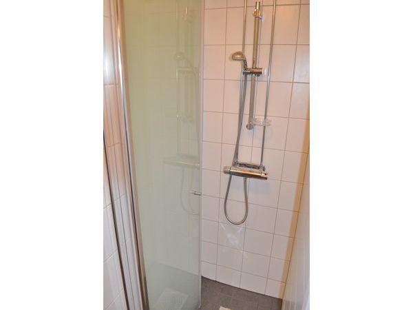 Duschraum mit Dusche und Waschbecken