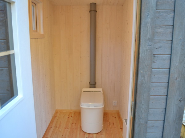 moderne Verbrennungstoilette im Toilettenhäuschen
