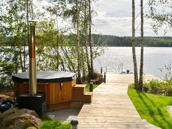 Holzbefeuerter Badezuber und Weg zum Boots- und Badesteg