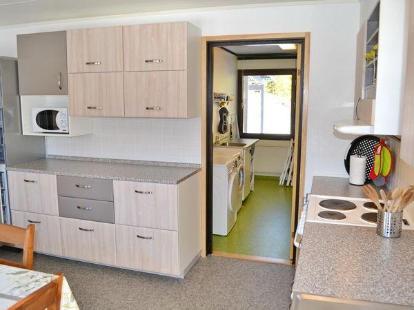 Küche und Waschraum mit Waschmaschine und Trockner