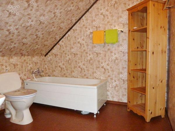 Badezimmer mit WC und Badewanne im Obergeschoss