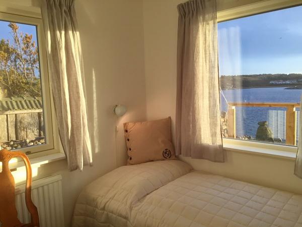 Schlafzimmer 3 mit zwei Einzelbetten und Meerblick