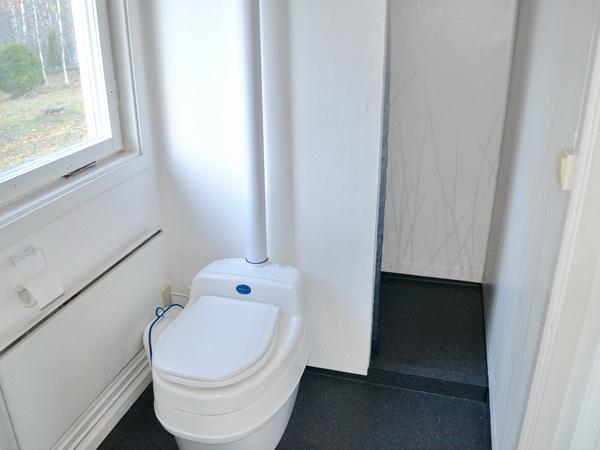 Badezimmer mit Biotoilette, Waschmaschine und Dusche