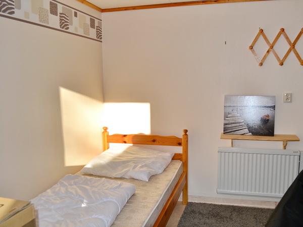 Schlafzimmer 3 mit Einzelbett und Waschmaschine + Trockner (Zugang von außen über Veranda)