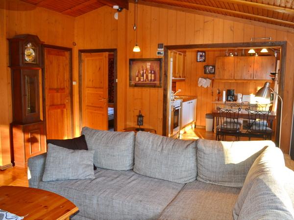 Wohnzimmer mit Blick zur Küche, großes Haus