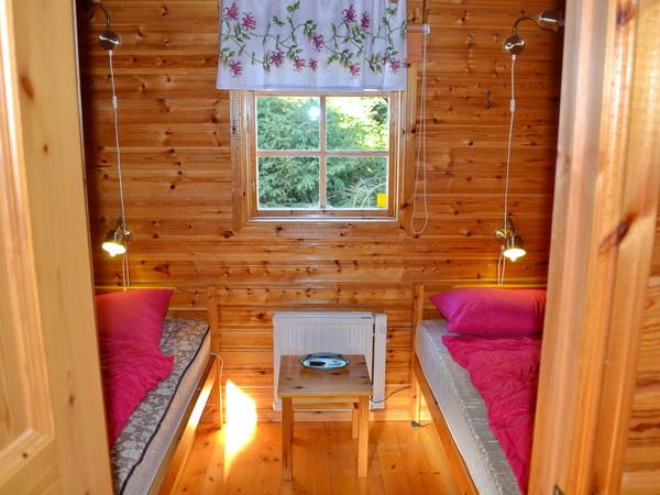 Schlafzimmer mit zwei Einzelbetten, kleines Haus