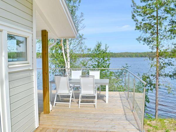 Auf der Veranda gibt es separate Gartenmöbel auf beiden Seiten.