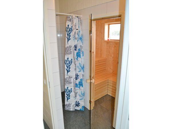 Dusche und Sauna im Nebengebäude
