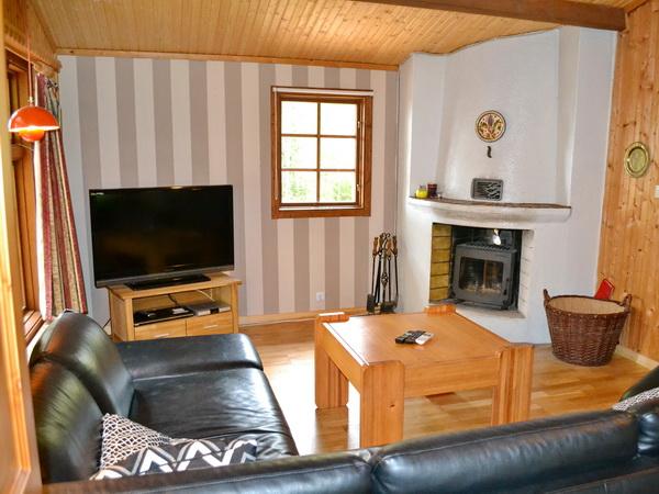 Wohnzimmer mit deutschem Sat-TV und Kamin