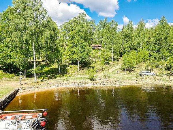 Bootshafen und Badestelle am See, im Hintergrund sehen Sie das Ferienhaus!