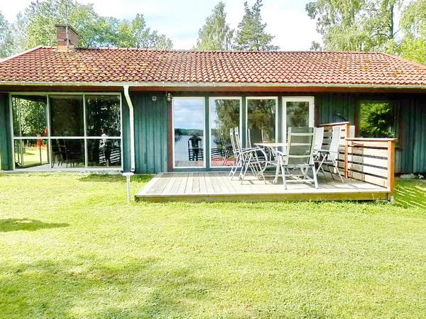 Seeseite des Hauses mit sonniger Veranda