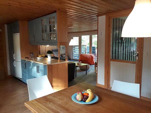 Küche mit offenem Übergang zum Wohn- und Essbereich