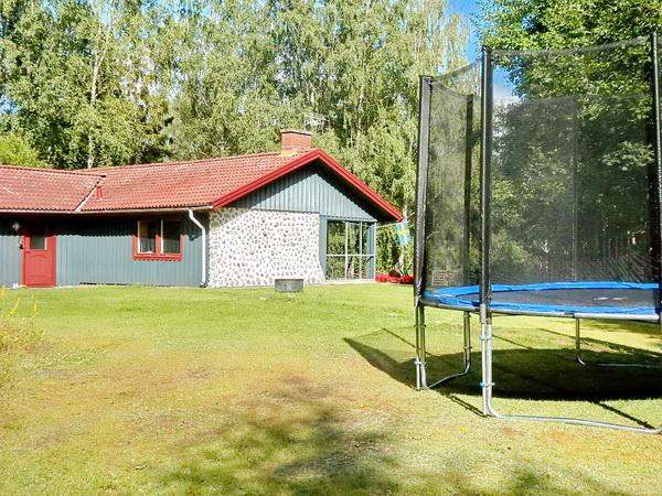 Blick aus dem Garten (mit Trampolin) auf das Haus
