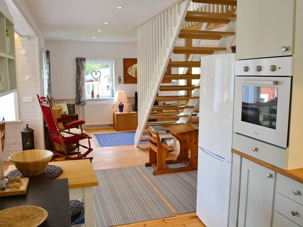 Blick aus der Küche ins Wohnzimmer