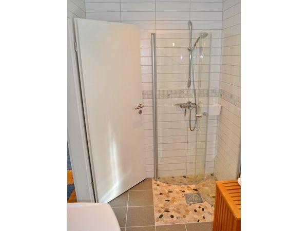Badezimmer mit WC und Dusche im Erdgeschoss