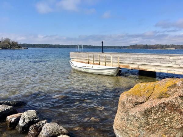 Boots- und Badesteg mit dem hauseigenen Ruderboot