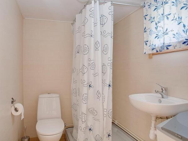 Badezimmer mit WC und Dusche (kleines Haus)