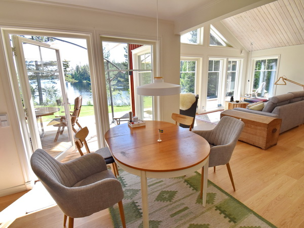 Wohn- und Esszimmer mit tollem Seeblick