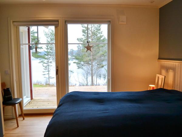 Schlafzimmer 1 mit Doppelbett und Seeblick