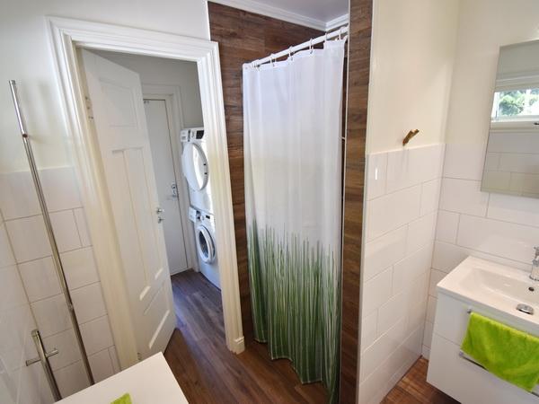 Badezimmer 2 mit WC und Dusche sowie Waschraum mit Waschmaschine und Trockner