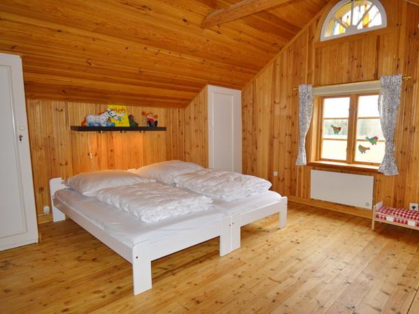 Schlafzimmer 2 mit zwei Einzelbetten (zusammenstellbar) + Kinderbett