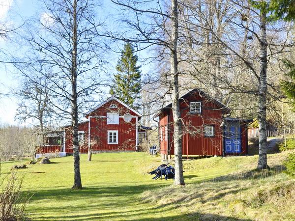 Blick aus dem Garten auf Haupthaus + Gästehaus